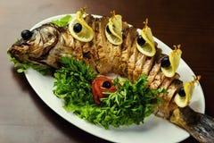 Gefilter Fisch, gefilter Fisch auf der Plattennahaufnahme Köstliches angefüllt Lizenzfreies Stockfoto