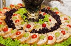 Gefilter Fisch mit Gemüse auf festlicher Tabelle Stockbilder