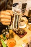 Gefilterter Kaffee oder gießen-über ist eine Methode, die miteinbezieht, Wasser über den Bohnen des gebratenen, gemahlenen Kaffee Stockfotos