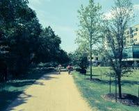 Gefiltreerde beeld gezonde mensen die en op natuurlijke trai lopen biking royalty-vrije stock foto's