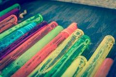 Gefiltreerde beeld kleurrijke stapel plastic bellentoverstokjes op houten close-up als achtergrond stock foto