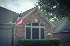 Gefiltreerde beeldvoorgevel die van Amerikaans huis trots vlag tonen royalty-vrije stock afbeeldingen