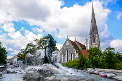 Gefion Fountain en St Alban& x27; s Kerk, Kopenhagen Denemarken royalty-vrije stock foto