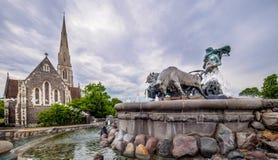 Gefion Fountain och St Albans kyrkaKöpenhamn fotografering för bildbyråer
