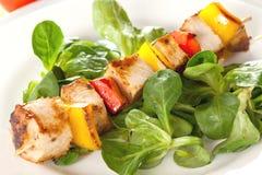 Geflügel spiessen mit Salat auf stockbild