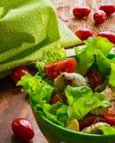 Geflügelsalat mit Kirschtomaten und -kopfsalat stockfoto