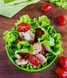 Geflügelsalat mit Kirschtomaten und -kopfsalat lizenzfreie stockfotografie