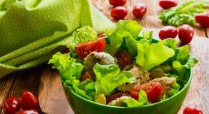 Geflügelsalat mit Kirschtomaten und -kopfsalat stockfotos