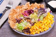 Geflügelsalat mit Mischgrün und Zuckermais Stockbilder