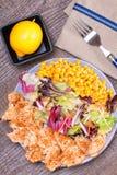 Geflügelsalat mit Zuckermais und grüner Mischung Lizenzfreies Stockbild