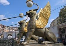 Geflügelte Löwen an der Bank-Brücke in St Petersburg Lizenzfreie Stockfotografie