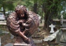 Geflügelter Bronzeengel im Ruhezustand Stockfotografie