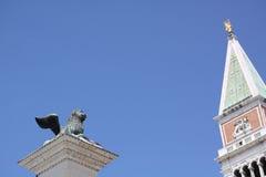 Geflügelter Löwe und Glockenturm Stockfotografie