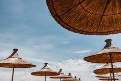 Geflochte Regenschirme über blauem Himmel Lizenzfreie Stockfotos