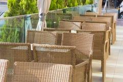 Geflochtene Stühle auf der Hotel ` s Terrasse, Hersonissos, Griechenland stockfoto