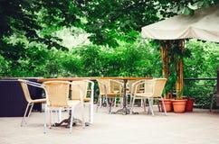 Geflochtene Stühle Café in der Straße stockfotos
