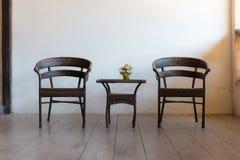 Geflochtene Stühle und Tabelle Stockbild