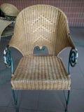 Geflochtener Stuhl draußen, geflochtener Stuhl in einem Restaurant, geflochtener Stuhl Stockfoto