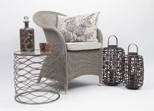 Geflochtener Stuhl und Kissen 2 stockfotografie