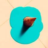 Gefälschte Eiscreme auf dem Boden Minimale Art Lizenzfreie Stockfotos