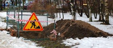 Gefochten und mit das Zeichen 'den Straßenarbeiten markiert der Arbeitsplatz Straßenarbeiten lizenzfreie stockbilder