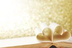 Geformte Buchseiten des Herzens Stockfotografie