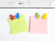 Geformte Farben der Magneten Kindermit Anmerkung lizenzfreie stockfotos