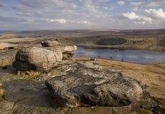 Geformte Flusssteine des Winds auf Yorkshire-Heidemoor Lizenzfreie Stockbilder
