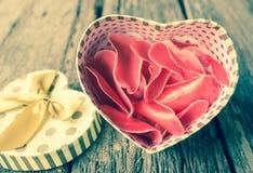 Geformte Geschenkbox des Herzens mit Blume. Stockfoto