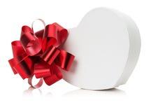 Geformte Geschenkbox des Herzens mit rotem Bogen Stockfoto