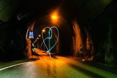 Geformte helle Kunst des Herzens in einem Tunnel lizenzfreie stockfotografie