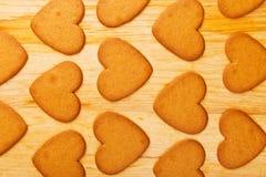 Geformte Plätzchen des Herzens auf Holztisch Lizenzfreies Stockbild