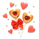 Geformte Torte des Herzens knallt mit Erdbeermarmelade lizenzfreie stockfotografie