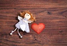 Geformte Valentinsgrußkarte des Engels und des Herzens Stockfoto