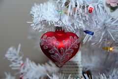 Geformte Verzierung des roten Herzens Weihnachts Stockbild