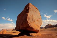 Geformter Flussstein des Würfels vor einer Wüstenlandschaft lizenzfreie stockfotos