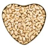 Geformter Kasten des Herzens voll Erdnüsse stockfotografie