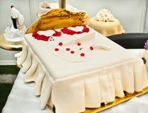 Geformtes Bett des Hochzeitskuchens Stockfoto