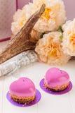 Geformtes französisches Gebäck des Herzens mit rosa Glasur Stockfotos