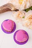 Geformtes französisches Gebäck des Herzens mit rosa Glasur Stockfotografie