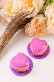 Geformtes französisches Gebäck des Herzens mit rosa Glasur Lizenzfreie Stockfotos