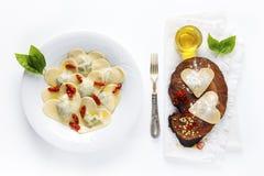 Geformtes Lebensmittel des Herzens Köstliche Ravioli Frisch selbst gemacht gekochtes i Stockbild