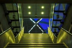 Geformtes Treppenhaus x und Eingang Stockfotos