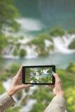 Gefotografeerde Plitvice-Meren met tablet Stock Foto
