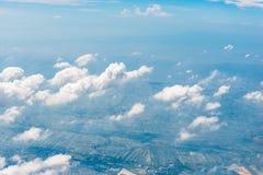 Gefotografeerde wolken en groen land stock foto