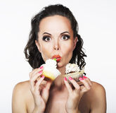 Gefräßigkeit. Hungrige lustige junge Frau isst gierig C Lizenzfreies Stockbild