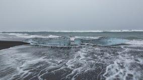Gefrieren Sie auf dem schwarzen vulkanischen Strand nahe Jokulsarlon-Gletscherlagune stockfotos