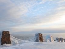Gefrieren Sie auf der Kette auf dem Ufer von Lake Superior Stockfoto
