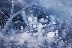Gefrieren Sie auf einem großen See, der mit Luftblasen, Sprünge abgedeckt wird Stockfoto