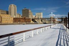 Gefrieren Sie bedeckten Fluss Mississipi mit Saint Paul-Skylinen, Minnesota, USA lizenzfreie stockfotografie